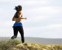 Runners burn an average of 10 calories each minute while walkers burn an average of 5 calories per minutes. (wikimedia)
